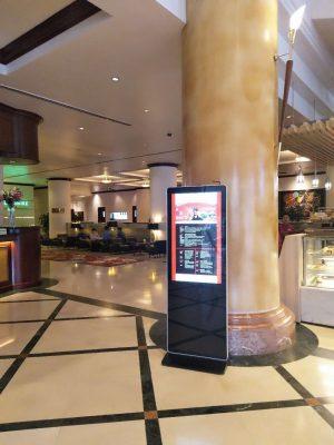 Màn hình quảng cáo chân đứng của tivicuongluc.net tại các trung tâm thương mại